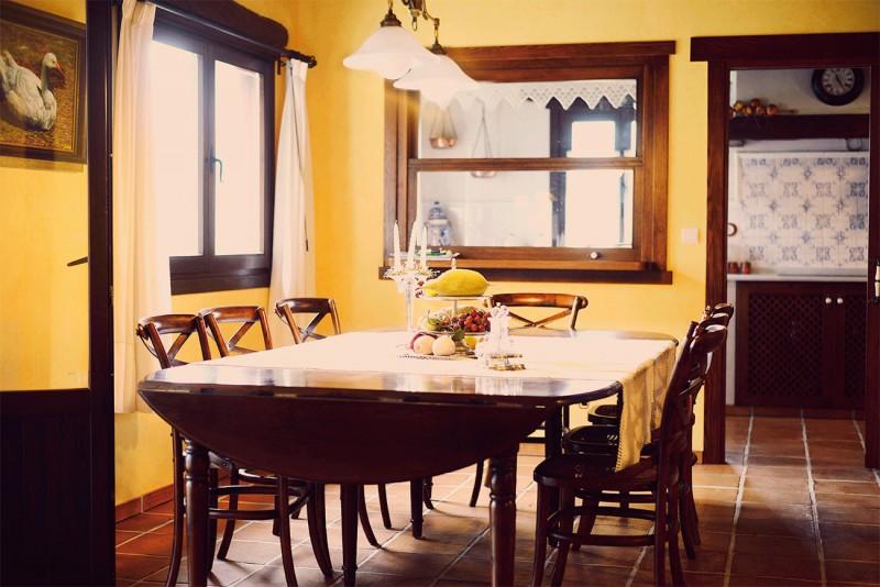Bilmendi S.L. – Mesa de comedor y detalles del estilo rústico