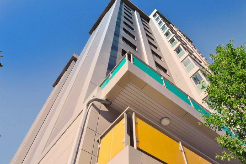 Edificio de paneles de colores