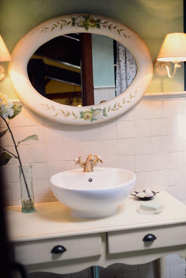 Conjunto de baño con lavabo y espejo, estilo rústico