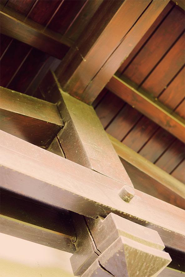 Vigas de madera con estructura rústica